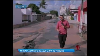 Moradores denunciam grande vazamento de água no bairro do Pinheiro