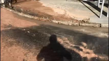 Vídeo: vazamento d'água causa rachaduras no asfalto de rua no Pinheiro