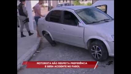 Motorista não respeita preferência e gera acidente no Farol