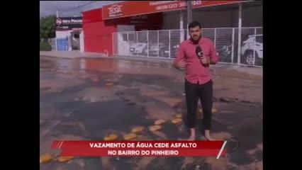 Vazamento de água cede asfalto no bairro do Pinheiro