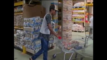 Consumidores recorrem as compras em atacado para economizar na feira mensal