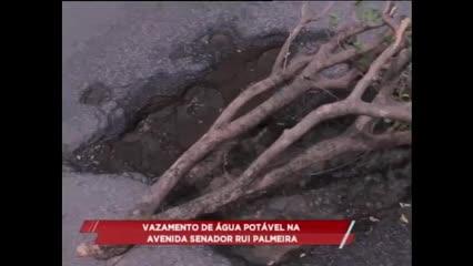 Vazamento de água potável na Av. Senador Rui Palmeira