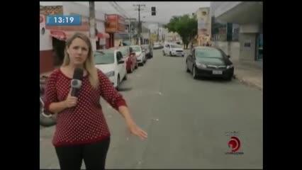 Bueiro sem tampa preocupa motoristas que passam pelo local