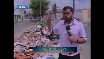 Excesso de lixo foi flagrado na Av. Senador Rui Palmeira