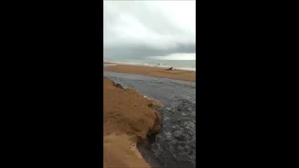 Vídeo mostra momento em que esgoto jorra na Praia de Jatiúca, em Maceió