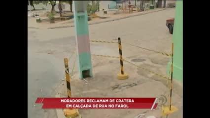 Moradores reclamam de cratera em calçada de Rua no Farol