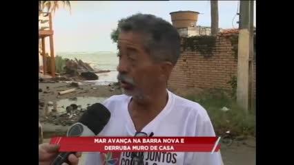 Mar avança na Barra Nova e derruba muro de casa