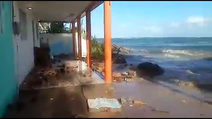 Água invade casas na Praia da Barra Nova, em Marechal Deodoro