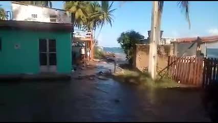 Moradores da Barra Nova sofrem com avanço da água do mar
