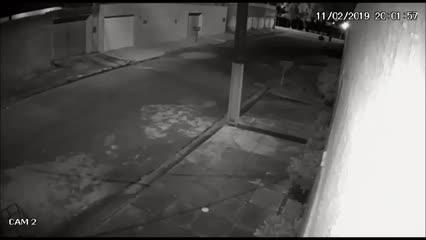 Câmeras registram fuga de dupla que teria tentato roubar veículo em Maceió
