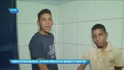 Dois jovens foram presos acusados de praticarem assaltos com arma de brinquedo