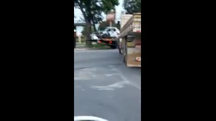 Três ficam feridos após caminhão furar sinal e atingir carro em cruzamento