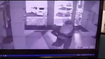 Câmera registra ação de criminosos em agência bancária em Porto Calvo