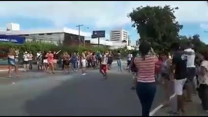 Moradores fecham a Fernandes Lima após simulado de evacuação do Pinheiro