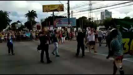 Moradores do Pinheiro se reúnem em protesto na Fernandes Lima