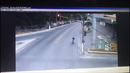 Câmera mostra Hilux furando sinal e atingindo moto no Feitosa; duas pessoas morreram