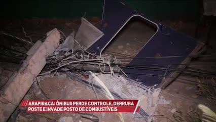 Arapiraca: ônibus perde controle, derruba poste e invade posto de combustíveis