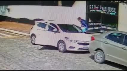 Atiradores chegam a escola em Suzano em carro branco, em seguida, estudantes correm