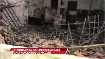 Vizinha está com medo que casa caia no centro de Maceió