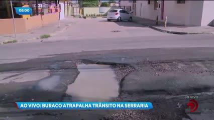 Buraco em rua atrapalha o trânsito no bairro da Serraria