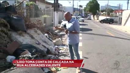 Lixo toma conta de calçada na rua Alcebíades Valente