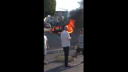 Carro pega fogo no Centro de São Miguel dos Campos