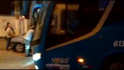 Ônibus e carro lotação se envolvem em acidente na Fernandes Lima