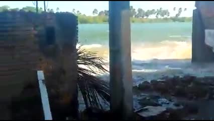 Maré alta invade casas e barracas em Barra Nova