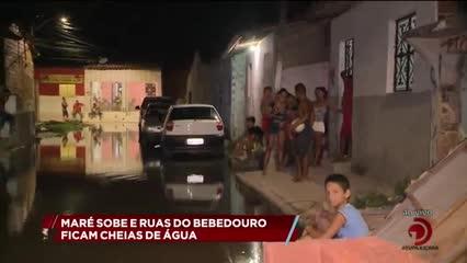 Maré sobe e ruas do Bebedouro ficam cheias de água