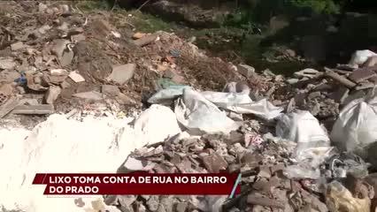 Lixo toma conta de rua no bairro do Prado