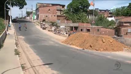 Depósito de barro na pista atrapalha o trânsito no Jacintinho