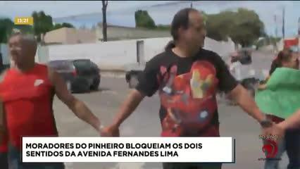 Moradores do Pinheiro bloqueiam os dois sentidos da Av. Fernandes Lima