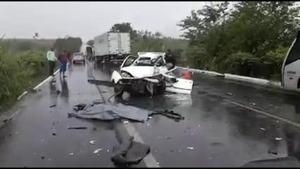Motorista morre após colidir frontalmente com caminhão na BR-104
