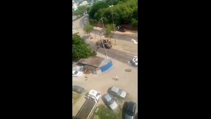 Militares do Exército metralham carro no RJ enquanto moradores gritam: 'É trabalhador'