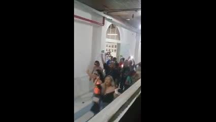 Vídeo mostra manifestante quebrando porta de vidro da Câmara