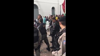 Manifestantes e polícia entra em confronto na frente da Câmara de Vereadores