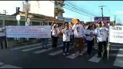 Familiares e amigos de Barbosa fazem ato em frente ao Fórum de Maceió
