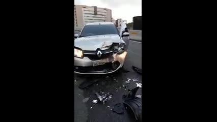 Carro na contramão provoca acidente em viaduto na Mangabeiras