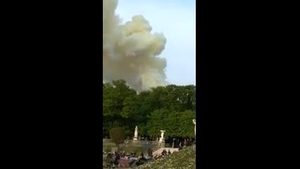 Turistas registram fumaça causada por incêndio na Catedral de Notre-Dame