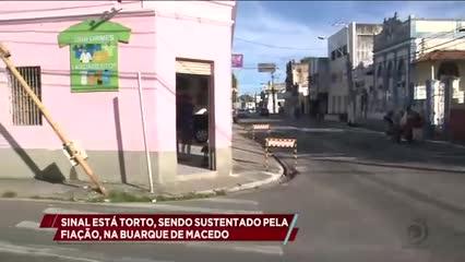 Sinal está torto, sendo sustentado pela fiação, na Buarque de Macedo