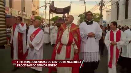 Fiéis percorrem ruas do centro de Maceió na procissão do Senhor Morto