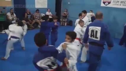 Projeto desenvolve a prática do judô para crianças e jovens