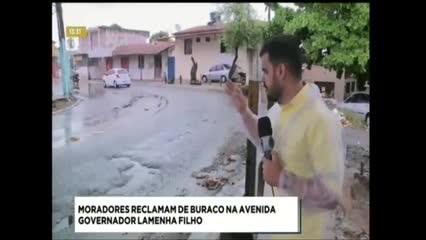 Buraco atrapalha o trânsito na Avenida Governador Lamenha Filho