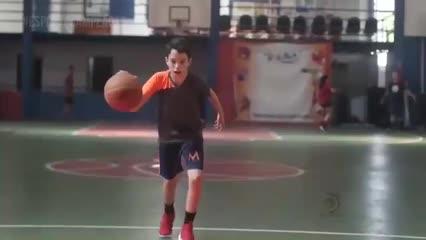 Criança de 13 anos se destaca no basquete