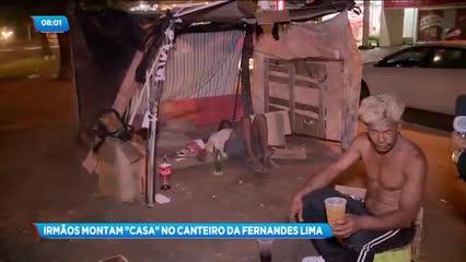 Dois irmãos montaram um barraco no canteiro central da Avenida Fernandes Lima