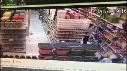 Câmera registra assaltante levando produtos de loja no Centro de Maceió