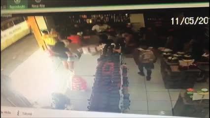 Homem leva carrinhos de brinquedo e bolsas de armarinho no Centro
