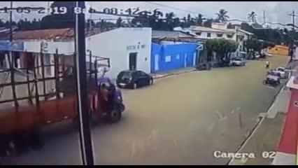 Caminhão desgovernado destrói palco em município do Rio Grande do Norte