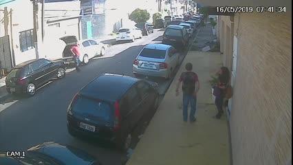 Assalto a pedestre é registrado por câmeras de segurança no Centro de Maceió