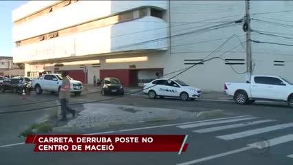 Carreta derruba poste no centro de Maceió
